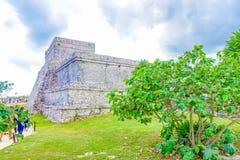 TULUM, MÉXICO - 10 DE JANEIRO DE 2018: Povos não identificados que andam na área maia da arqueologia das ruínas em Tulum yucatan Fotos de Stock
