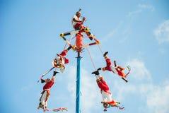 Tulum, Meksyk Listopad 22, 2010 Tradycyjny Majski taniec w parku tematycznym brz?czenia, w p??wysep jukatan w Meksyk tancerze zdjęcie royalty free