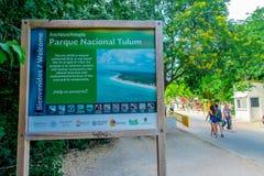 TULUM, MEXICO - JANUARI 10, 2018: Informatief teken van onthaal aan de Mayan ruïnes van Tulum in Quintana Roo, Yucatan Royalty-vrije Stock Afbeeldingen