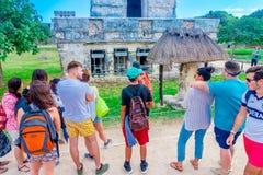 TULUM MEXICO - JANUARI 10, 2018: Oidentifierade turister som går och tycker om sikten av templet av frescoesna på Royaltyfria Bilder