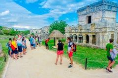 TULUM MEXICO - JANUARI 10, 2018: Oidentifierade turister som går och tycker om sikten av templet av frescoesna på Royaltyfria Foton