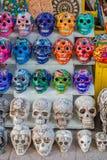 TULUM MEXICO - JANUARI 10, 2018: Stäng sig upp av färgrika Mayan keramiska skallar, ett vanligt motiv i den forntida Mayan konste Arkivfoton