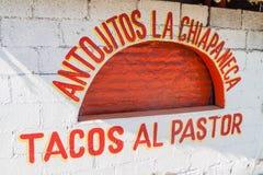 TULUM MEXICO - MARS 1, 2016: Sikten av en liten eatery kallade pastorn för al för Antojitos laChiapaneca den erbjudande taco, Mex arkivfoton