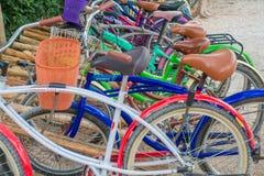 TULUM, MEXIQUE - 10 JANVIER 2018 : Fermez-vous des vélos garés dans une rangée dans le pénétrer dans des ruines maya de Tulum dan Image libre de droits