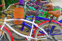 TULUM, MEXIQUE - 10 JANVIER 2018 : Fermez-vous des vélos garés dans une rangée dans le pénétrer dans des ruines maya de Tulum dan Photographie stock