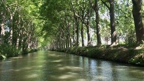 Tuluza Francja, Czerwiec, - 30 2018: Lata spojrzenie na Canal Du Midi kanale w Tuluza, po?udniowy frank zbiory wideo