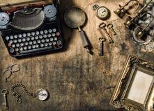 Tum di legno della macchina da scrivere della struttura dei vecchi accessori dorati d'annata dell'ufficio Fotografie Stock Libere da Diritti