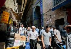 Tłum ludzie chodzi przez wąskiej ulicy dziejowy bazar Fotografia Stock