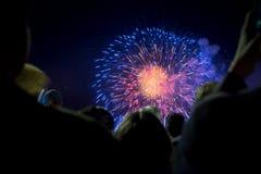 Tłum ludzie ogląda fajerwerki Obrazy Royalty Free