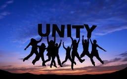 Tłum przyjaciele skacze z UNITYon niebieskim niebem Fotografia Royalty Free