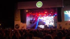 Tłum rozwesela przy na wolnym powietrzu żywym festiwalem fan zbiory