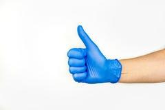 tum upp Profilera sikten av handen i blå medicinsk handske fotografering för bildbyråer