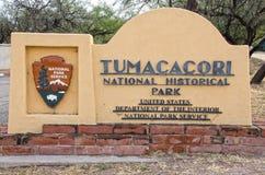 Tumacacori parkerar nationellt historiskt ingångstecknet royaltyfri fotografi