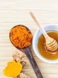 Tumaric και μέλι για τη φροντίδα δέρματος στοκ εικόνες