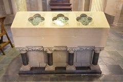 Tumba antigua en una cripta del siglo XII Imagen de archivo libre de regalías