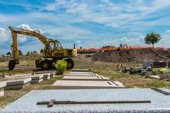 Tumba de mármol blanca en cementerio en Roma en luz del día soleada imagen de archivo libre de regalías