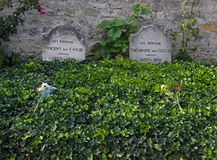 Tumba de Vincent Van Gogh y de Theodore Van Gogh en un cementerio rural imagen de archivo