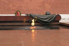 Tumba del soldado desconocido en el Kremlin en Mosc?, Rusia La llama eterna quema en memoria de millones de soldados sovi?ticos imagen de archivo libre de regalías