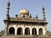 Tumba y la mezquita Ibrahim Rauza en la ciudad de Bidzhapur en la India fotografía de archivo