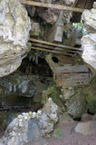 Tumbas antiguas en la cueva guardada por las marionetas Imagen de archivo