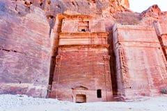 Tumbas de Nabatean en el Siq, Petra Fotos de archivo
