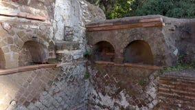 Tumbas del Columbarium situadas en la necrópolis del imperio romano en Ostia Antica almacen de metraje de vídeo