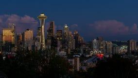 Tume-Versehen von Wolken und von Nacht beleuchtet über Stadtbild von Seattle Washington vom Sonnenuntergang zu blauem Stunde und