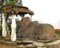 Tumkur, il Karnataka, India - 1° gennaio 2009 grande statua della pietra del toro di Nandi in tempio immagine stock libera da diritti