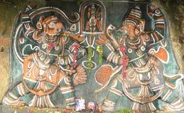Tumkur, Karnataka, Indien - 1. Januar 2009 altes buntes Flachrelief von den hindischen Gottheiten auf Felsen Stockbilder