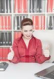 tumm lycklig uppvisning för affär upp kvinna fotografering för bildbyråer