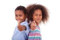 Tummar för afrikansk amerikanpojke- och flickadanande gör en gest upp - svart p