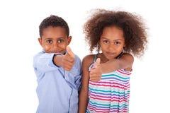 Tummar för afrikansk amerikanpojke- och flickadanande gör en gest upp - svart p arkivbild
