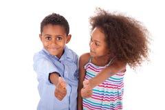 Tummar för afrikansk amerikanpojke- och flickadanande gör en gest upp - svart p royaltyfri fotografi