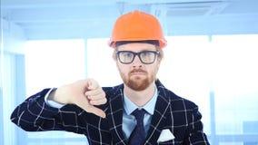 Tummar ner vid den arkitektoniska teknikern med röda hår Arkivfoto