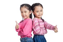 Tummar tvilling- systrar för asiat upp stående tillbaka för att dra tillbaka Royaltyfria Foton