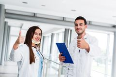 Tummar upp som motivational gest av unga medicinska kollegor fotografering för bildbyråer