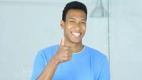 Tummar upp vid den lyckliga unga Afro--amerikan mannen Arkivbild