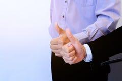 Tumme för två händer upp för affärsbakgrund Arkivfoton