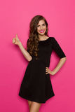 Tumme upp för svart klänning Royaltyfri Bild