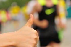 Tumme upp för löpare Arkivbild