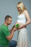 Tummy младенца слушая к музыке Стоковые Изображения RF