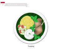 Tumpeng o riso giallo indonesiano con Fried Chicken Fotografie Stock Libere da Diritti