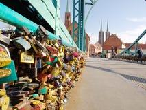 Tumskibrug in Wroclaw De brug is volledig van liefdesloten die minnaars stock foto