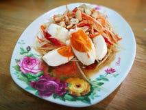 Tumthai kaikem (thailändsk stilPapayasallad med Saltled ägg) Royaltyfria Bilder