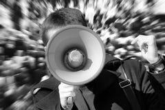 Tumult auf der Straße Mann benutzt Lautsprecher Stockfotos