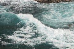 Tumultartade vågor på kustlinjen av Hawaii arkivfoto