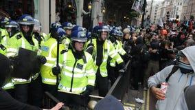 Tumulto a Londra centrale durante la protesta di austerità fotografia stock libera da diritti