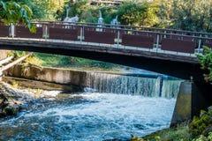 Tumwater fällt mit Brücke 3 lizenzfreie stockbilder