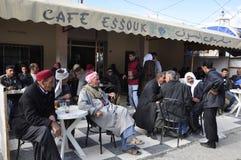 Tunísia: os homens são de assento, de fumo, bebendo e de espera em uma barra na cidade de Zaghouan foto de stock royalty free