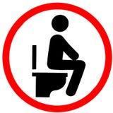 Tun Sie das Sitzen auf Toilette im Badezimmer, das ihre Routinehygiene tut Stockbild